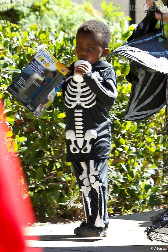 Louis a profité de la fête d'Halloween avec plaisir, rapportant même une boisson et une lampe torche à la maison.