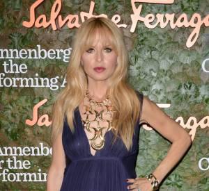 Pour la soirée, Rachel Zoe mise sur une longue robe Salvatore Ferragamo bleu nuit, au décolleté en V.