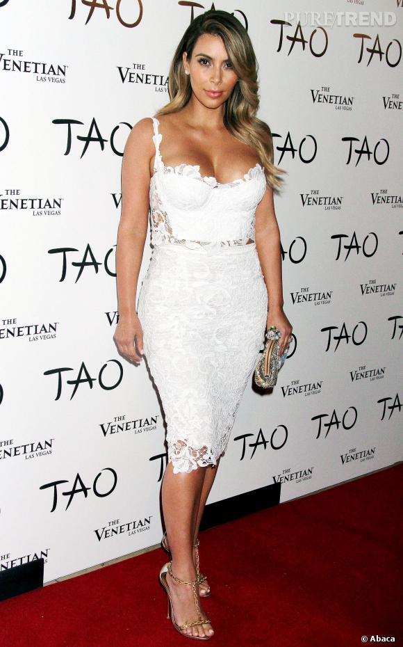 Kim Kardashian mise sur une jupe mi-longue en dentelle et sur un bustier au décolleté ultra pigeonnant pour sa soirée d'anniversaire.