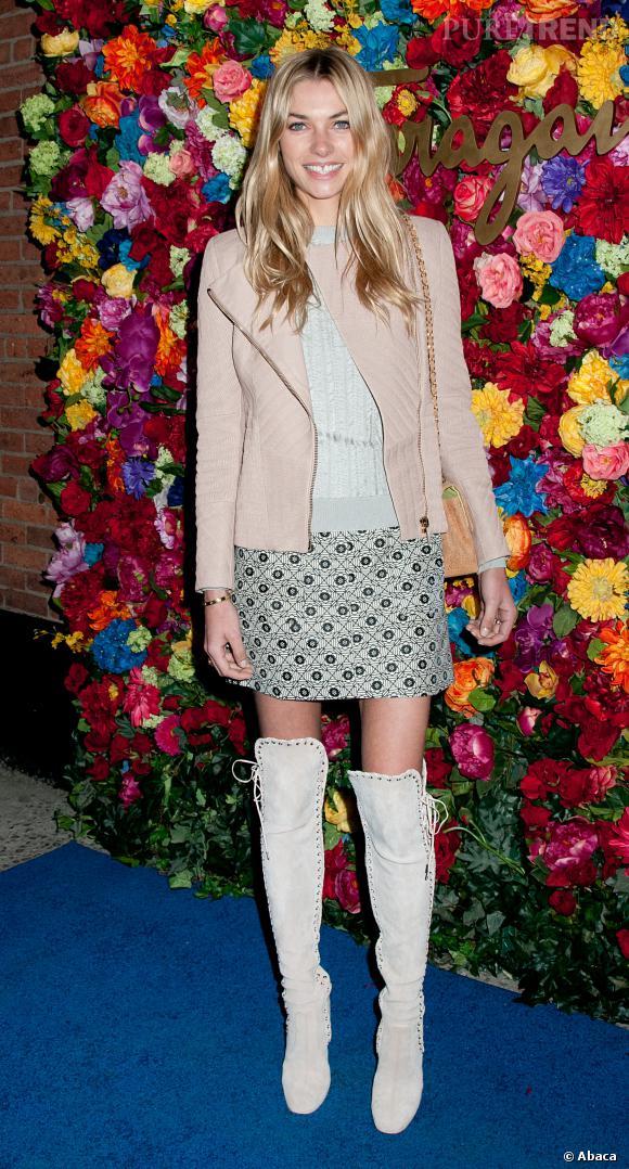 Jessica Hart a commis l'erreur de porter des bottes blanches à lacets.