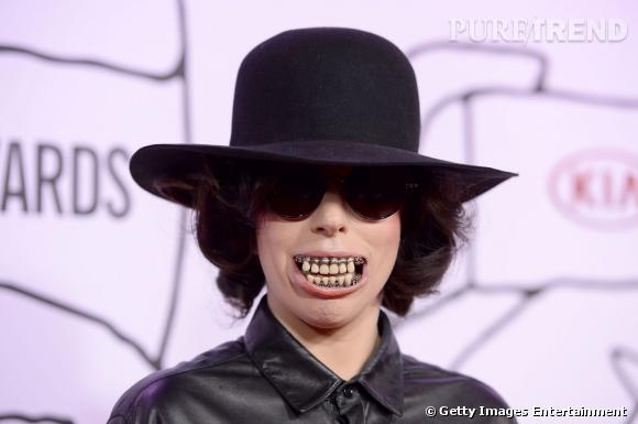 Dentier flippant et lunettes noires, la Gaga est toujours aussi étrange dans sa manière de se looker.