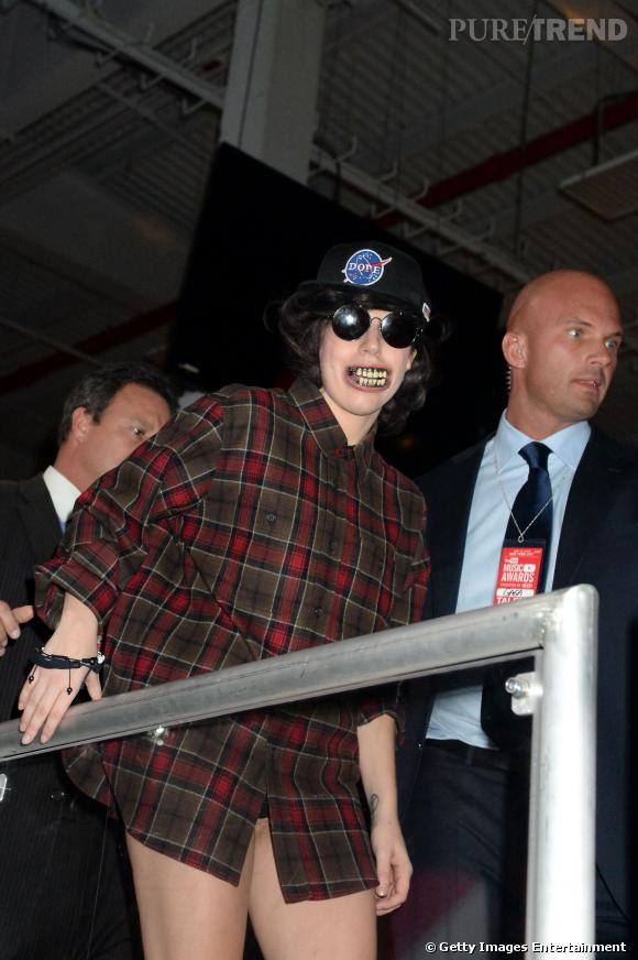 Lady Gaga monte sur scène. Heureusement pour le public, elle retirera son dentier avant sa performance.