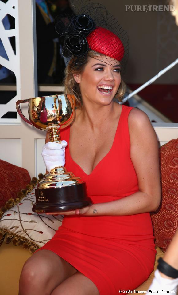 Kate Upton à la Melbourne Cup Day : une robe rouge au décolleté renversant.