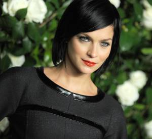 Leigh Lezark marie carré noir corbeau et bouche rouge avec beaucoup de style.