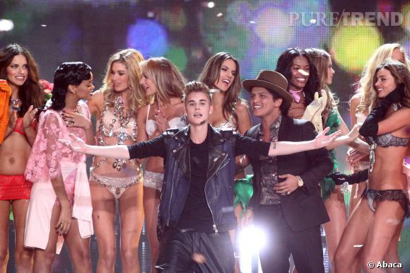 L'année dernière Rihanna, Justin Bieber et Bruno Mars animaient le défilé.