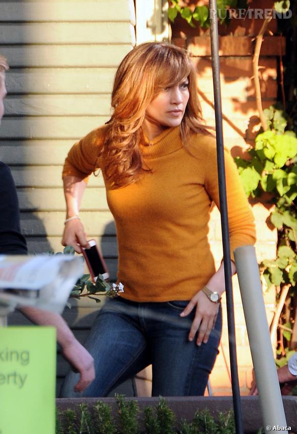 Plus chaude, la couleur de cheveux de Jennifer Lopez oscille entre le roux et l'auburn.