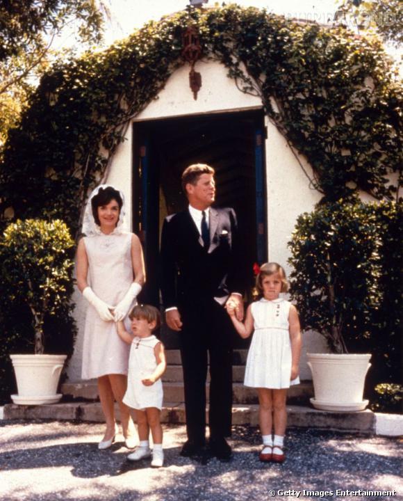 En famille, Jackie Kennedy ne quitte pas ses gants blancs qu'elle porte à chacune de ses apparitions officielles lorsqu'elle est avec le Président.