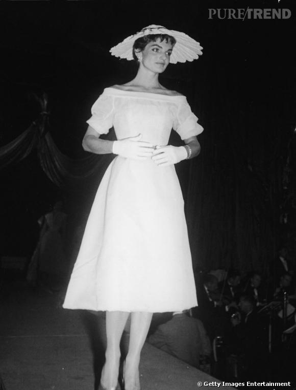 Minimaliste jusqu'au bout, la robe trapèze de la jolie brune est coordonnée à un chapeau en forme de marguerite, très 60's.