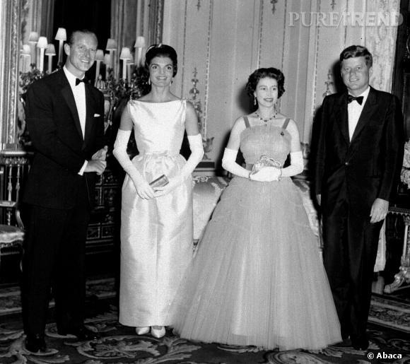 Jackie Kennedy en robe de bal éclipse la reine d'Angleterre.