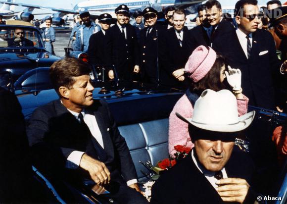 JFK et Jackie Kennedy à Dallas où elle portait le fameux tailleur Chanel.