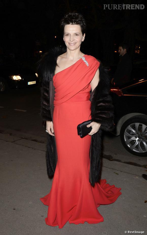 Juliette Binoche ose la robe asymétrique avec sa coupe garçonne.