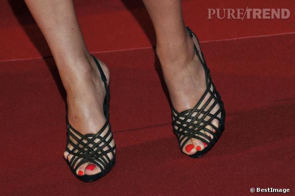 Pour prendre de la hauteur sans alourdir son look, Joyce Jonathan opte pour des sandales à brides.