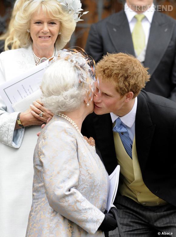 Le Prince Harry aurait osé offrir à sa grand,mère un bonnet de douche !