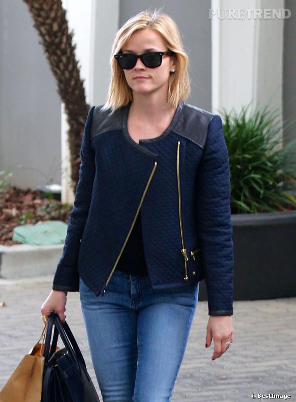 Même du côté des accessoires Reese Witherspoon joue les fashion victims avec des lunettes Ray Ban et un sac Saint Laurent.
