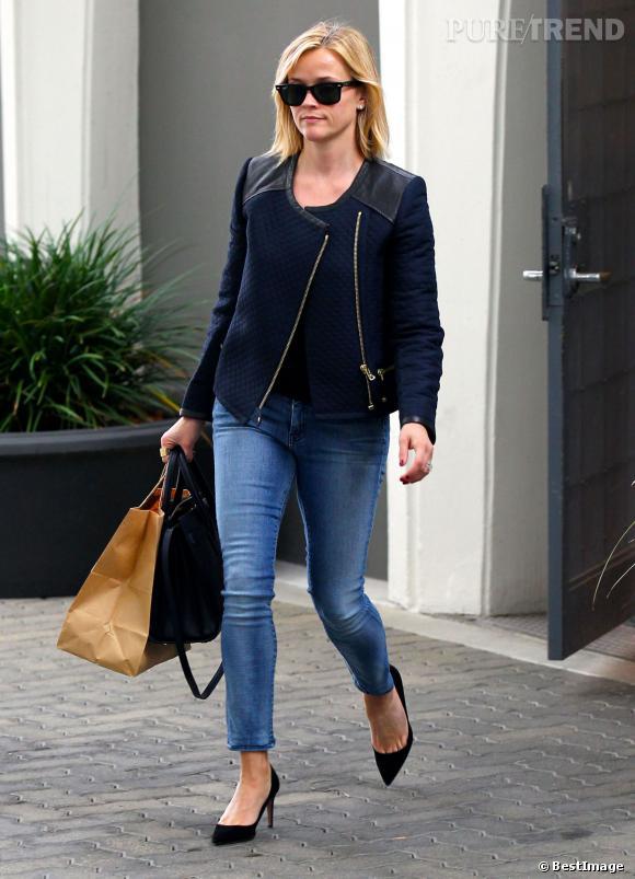 Jean bien coupé, veste tendance et talons hauts, Reese Witherspoon s'offre une apparition sans fausse note.
