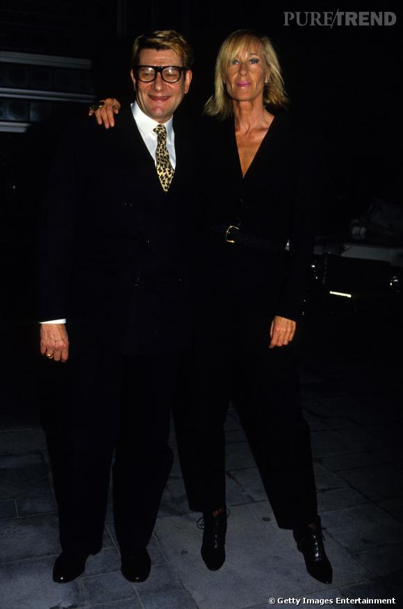 En 1996, Yves Saint Laurent prend la pose avec sa muse, la sculpturale Betty Catroux.