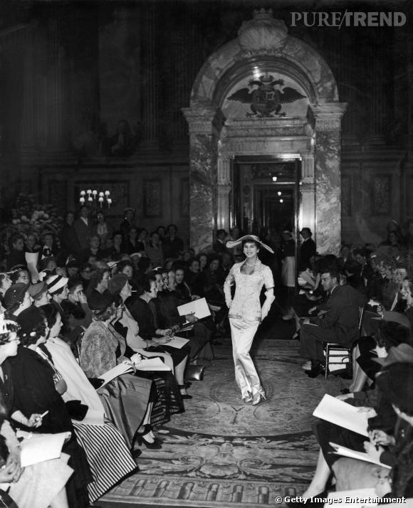 Une des rares photos de Victoire lorsqu'elle défilait pour Christian Dior, en 1954.