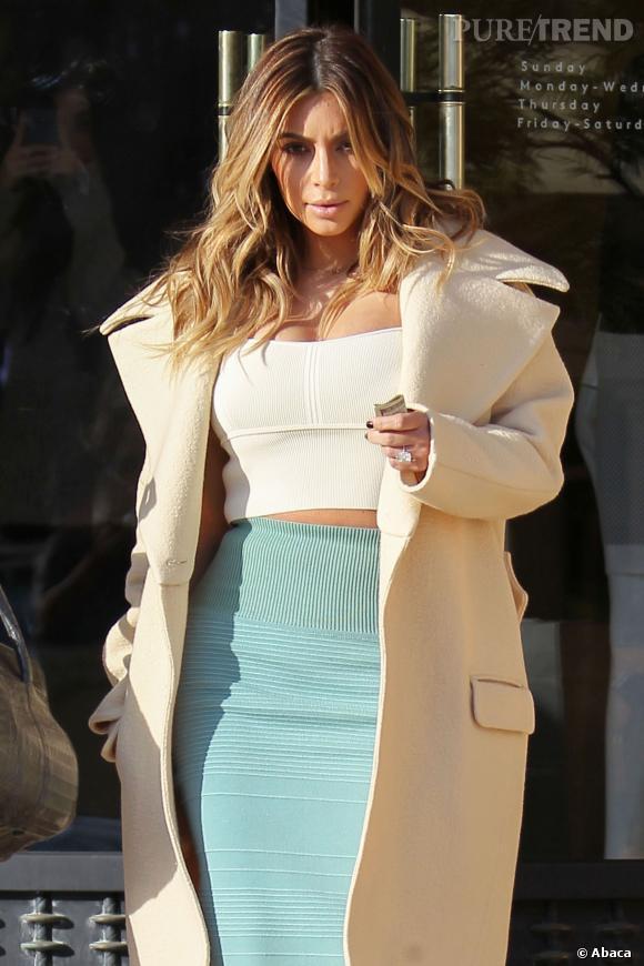 Kim Kardashian, plus sexy que jamais, ose le crop top.
