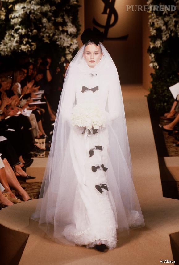 La robe de mariée à noeuds Yves Saint Laurent.
