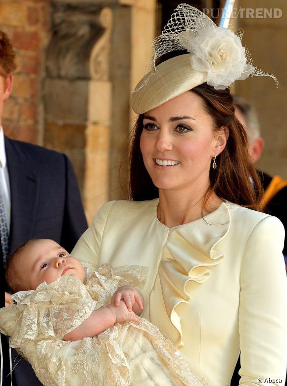 Kate Middleton et le Prince George lors de son baptême