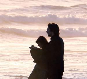 La plage, un coucher de soleil... Il ne reste plus qu'à dégager Freida Pinto et à se glisser dans les bras de Christian Bale.