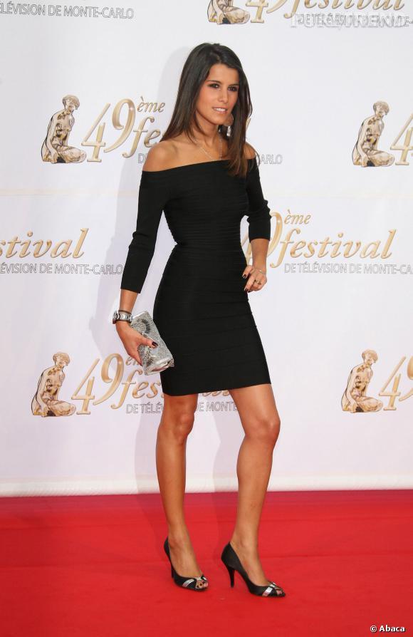 Karine Ferri est sublime dans toutes les coupes de robe grâce à sa  silhouette élancée.