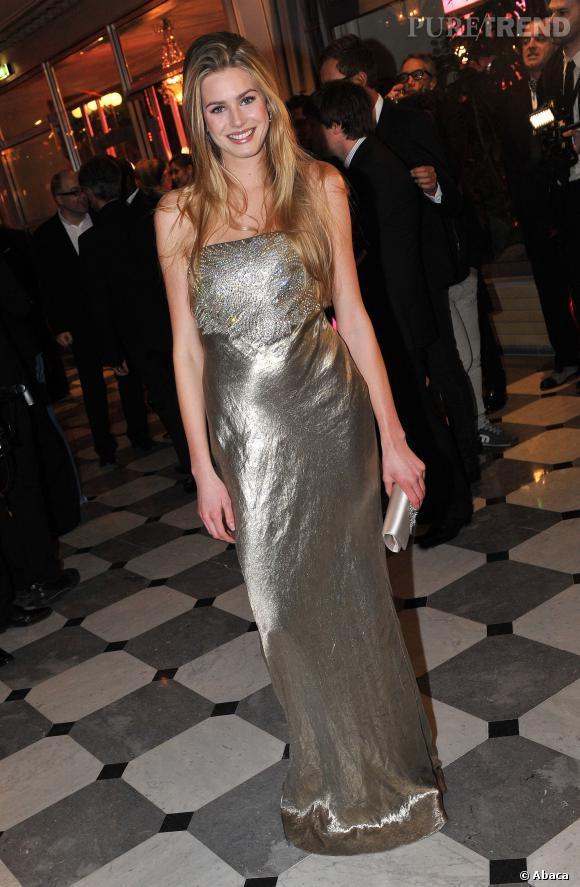 Vanessa Hessler porte bien la robe lamée.