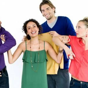 """Camille Lacourt et Amelle Chahbi jouent un jeune couple, amis avec Marion et Cédric dans """"Scènes de Ménage : Tenue correcte exigée""""."""
