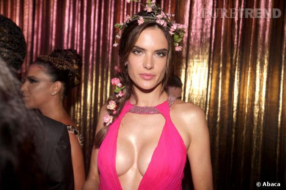 Alessandra Ambrosio a affiché sa nouvelle poitrine à la soirée Carnaval organisée par Vogue, jeudi dernier à Sao Paulo.