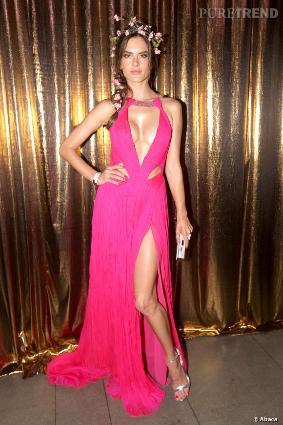 Alessandra Ambrosio et sa robe rose très révélatrice.