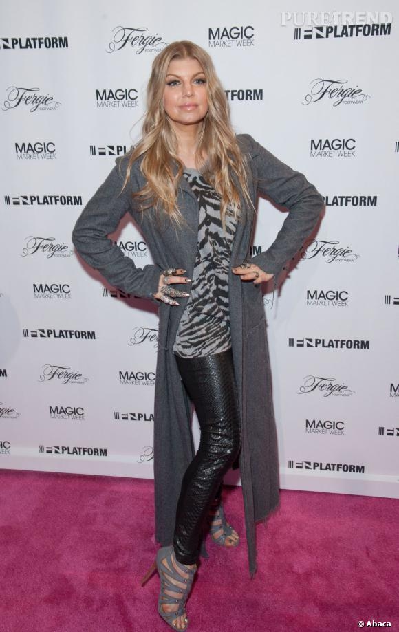 Fergie le 20 février 2014, montre sa taille fine.