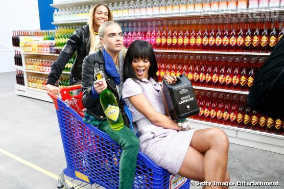 Rihanna et Cara Delevingne ou quand deux BFF se retrouvent après un défilé Chanel.