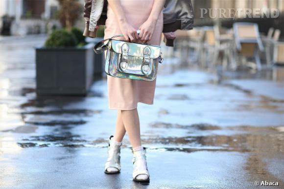 Le sac cartable effet miroir : pour booster un look monochrome.