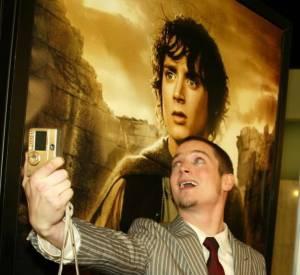Elijah Wood s'essaie au selfie avec lui-même. Magique !