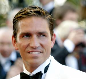 Jim Caviezel, homme cagole aux mèches blondes en 2004.