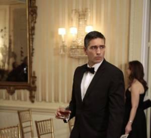 "Jim Caviezel alias John Reese, en smoking dans ""Person of Interest""."