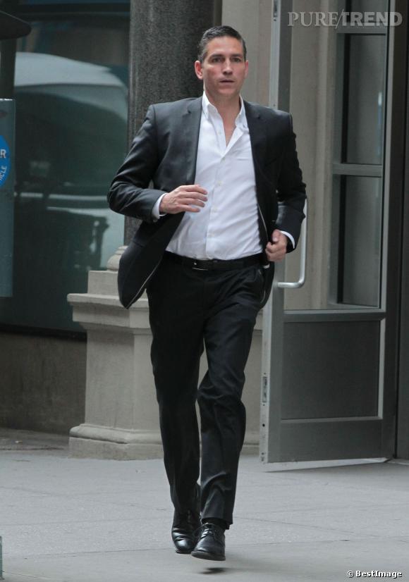 Jim Caviezel alias John Reese impeccable en costume même pour piquer un sprint.