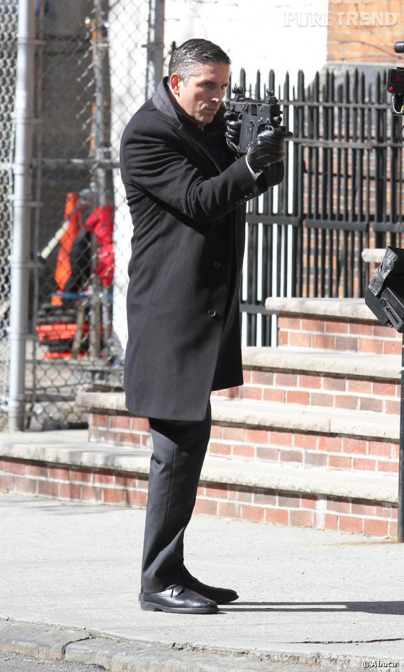 Jim Caviezel alias John Reeseélégant même avec un fusil sous le bras.