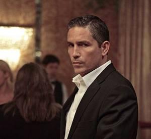 Jim Caviezel alias John Reese porte les chemises blanches à la perfection.