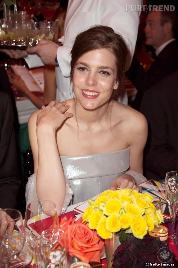 Charlotte Casiraghi fait sa première apparition officielle depuis son accouchement, au bal de la Rose le 29 mars 2014, et dans une robe bustier Chanel.