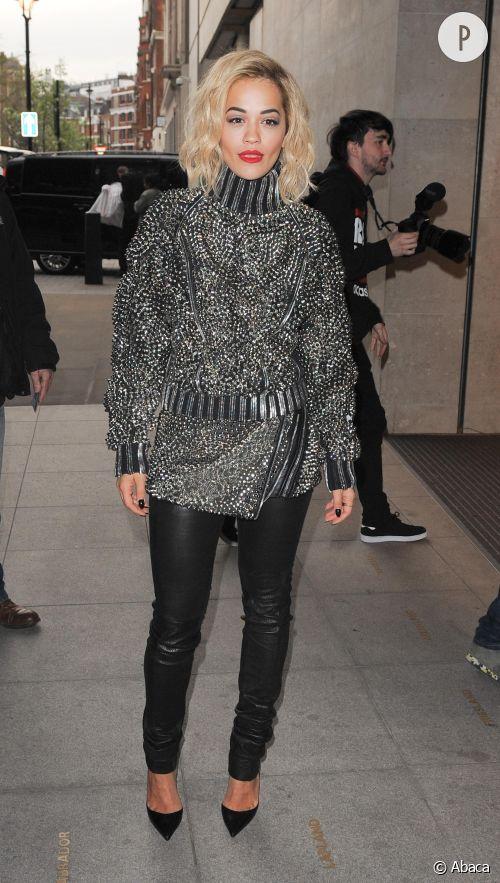 Rita Ora à Londres mêle cuir et sex-appeal.