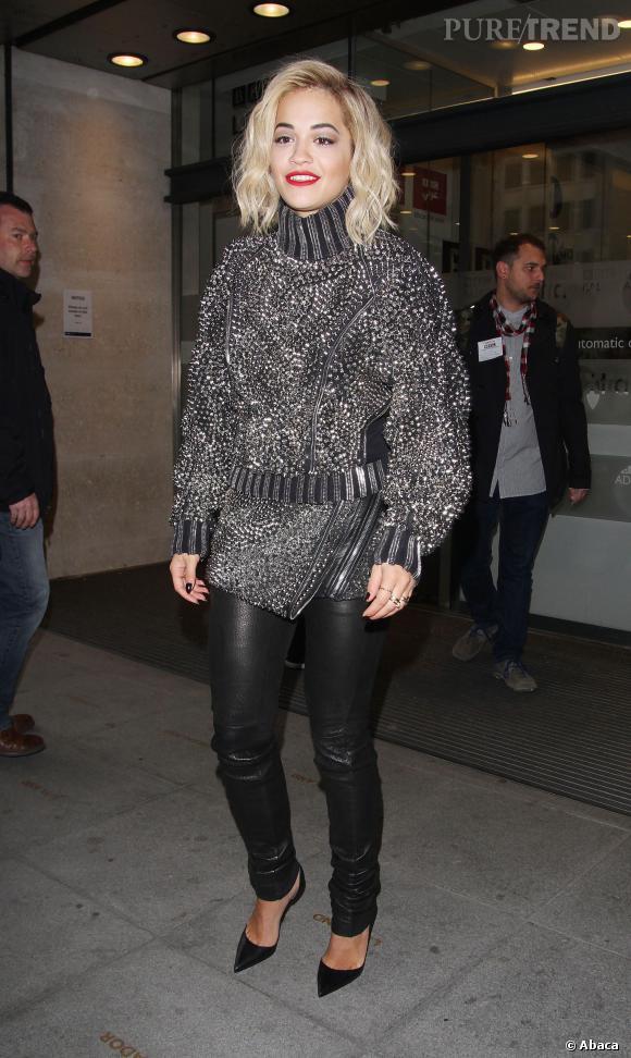 Rita Ora, fidèle à son carré ondulé.