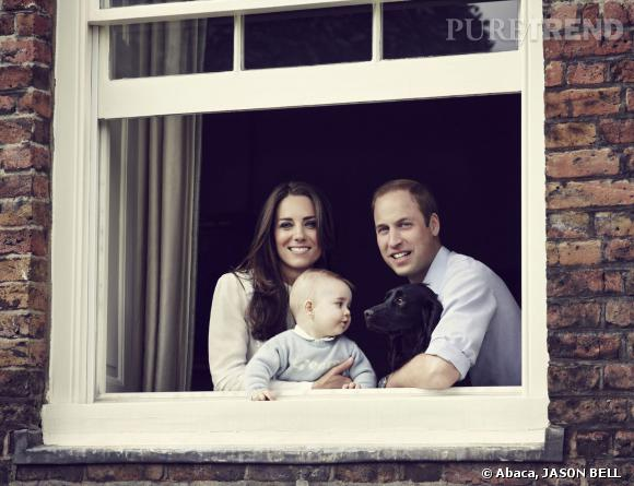 Un nouveau portrait de famille avec Kate Middleton, le Prince William et leur petit George qui s'envoleront bientôt tous les trois pour l'Australie.