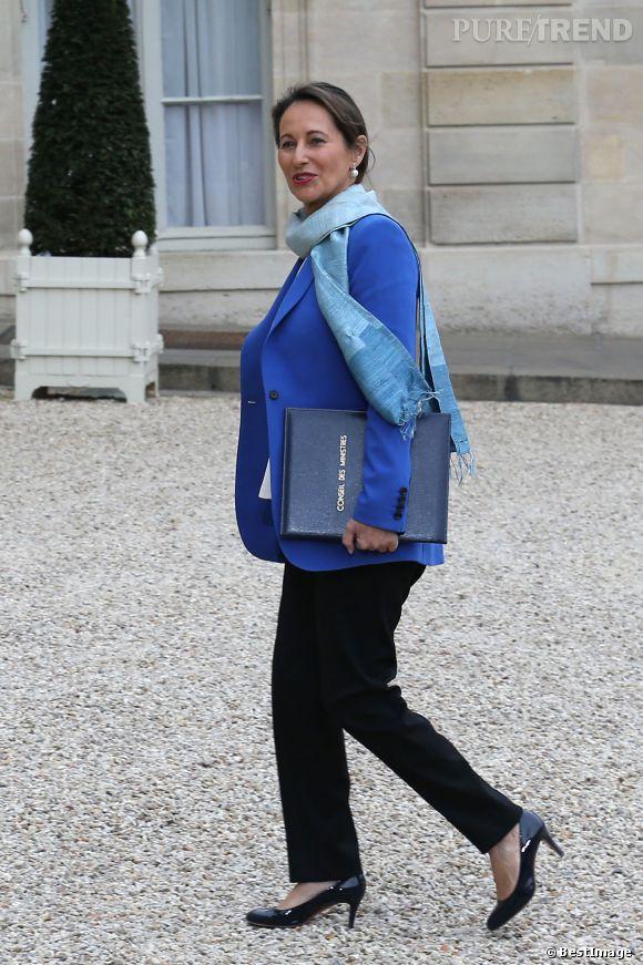 Veste bleu électrique, écharpe bleu ciel, pantalon noir élégant et escarpins vernis : Ségolène Royal commence son mandat de ministre de l'Ecologie avec brio !