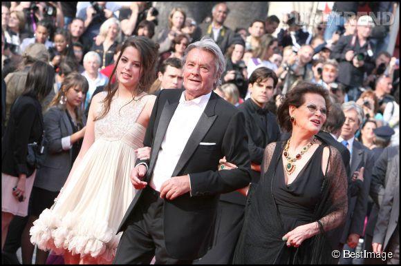 Claudia Cardinale avec Alain Delon et sa fille Anouchka en 2010 au Festival de Cannes.