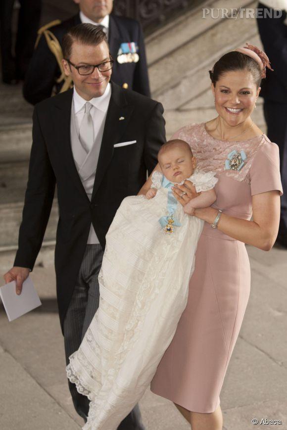 Assez La Princesse Estelle portait une robe à traîne pour son baptême en  NJ73