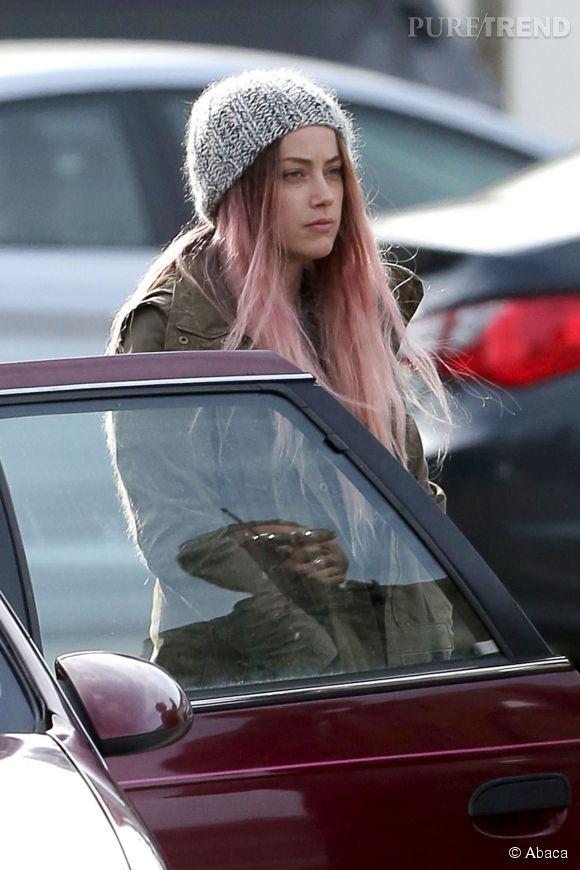 """Amber Heard avec les cheveux roses sur le tournage de son dernier film """"When I Live My Life Over Again"""", le 14 avril 2014."""