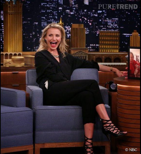 Cameron Diaz était sublime dans son petit tailleur noir, mercredi 23 avril 2014 dans le show de Jimmy Fallon sur NBC.