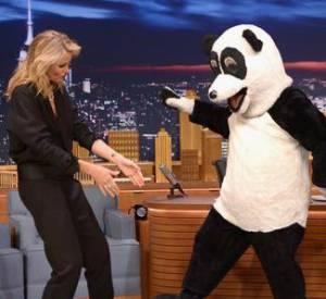 """Cameron Diaz et son twerk avec un panda géant, mercredi 23 avril 2014 sur le plateau de """"The Tonight Show Starring Jimmy Fallon"""" sur NBC."""