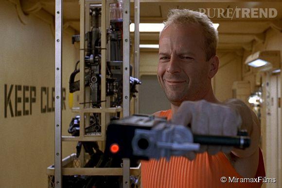 Bruce Willis joue le rôle du héros Korben Dallas, en combattant les extra-terrestres dans Le Cinquième élément de Luc Besson.